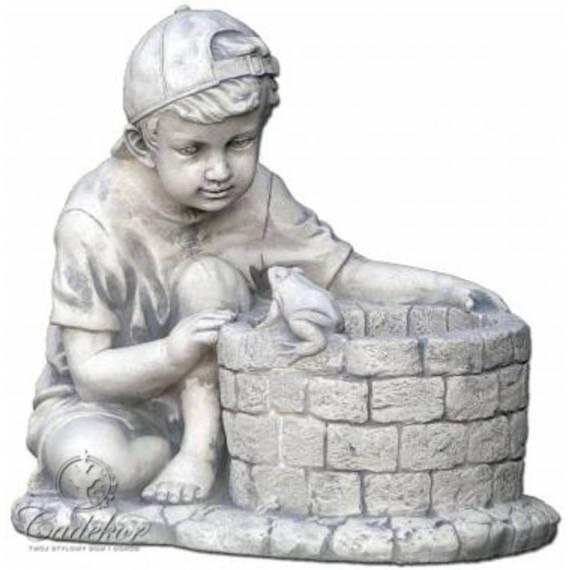 Chłopiec przy studni