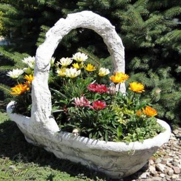 Rzeźbiony kosz - donica na kwiaty