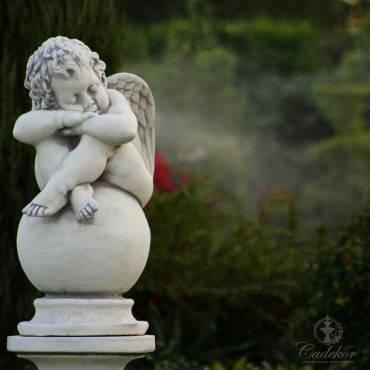 figurka z białego betonu - Aniołek na Kuli duży