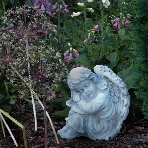 Śpiący aniołek - figurka ogrodowa