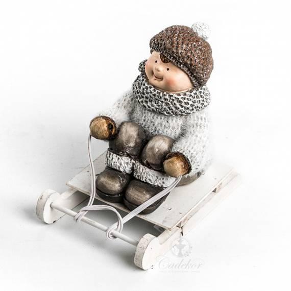 Chłopiec na sankach figurka ceramiczna