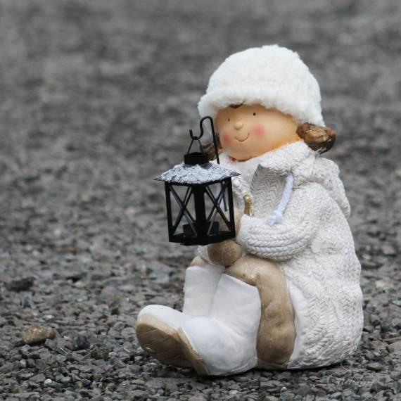 Siedząca dziewczynka z latarenką