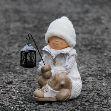 Chłopiec siedzący z latarnią