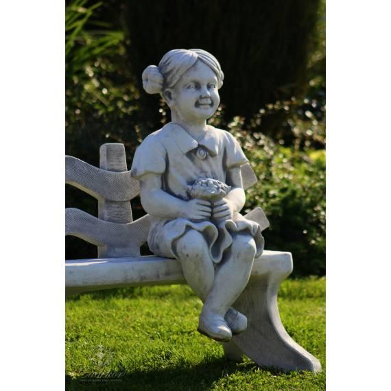 Siedząca dziewczynka z bukietem