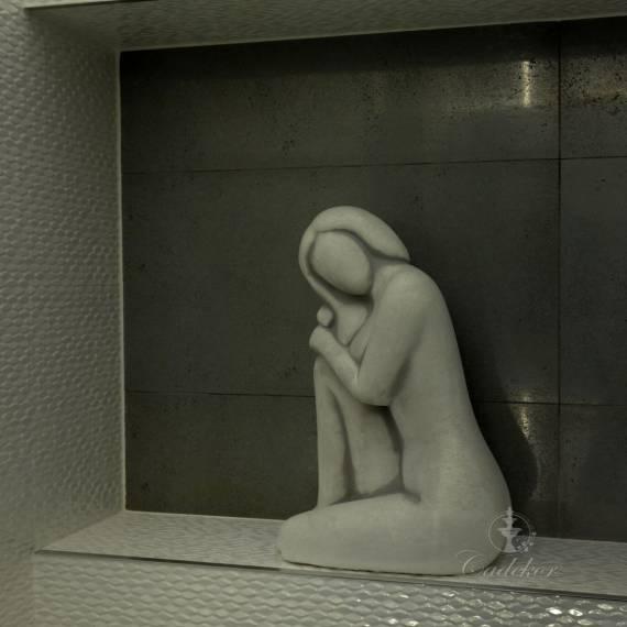 Modernistyczna figura – oparta kobieta