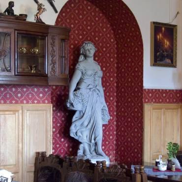 Kobieta z koszami winogron