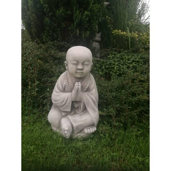 Młody modlący się mnich średni