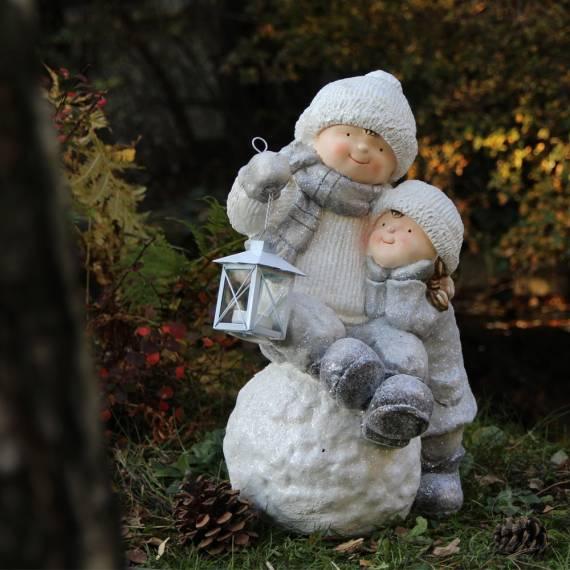 Dzieci na śnieżnej kuli