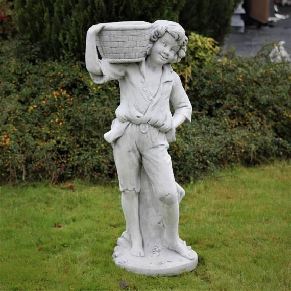 Chłopczyk z koszem - doniczka do ogrodu