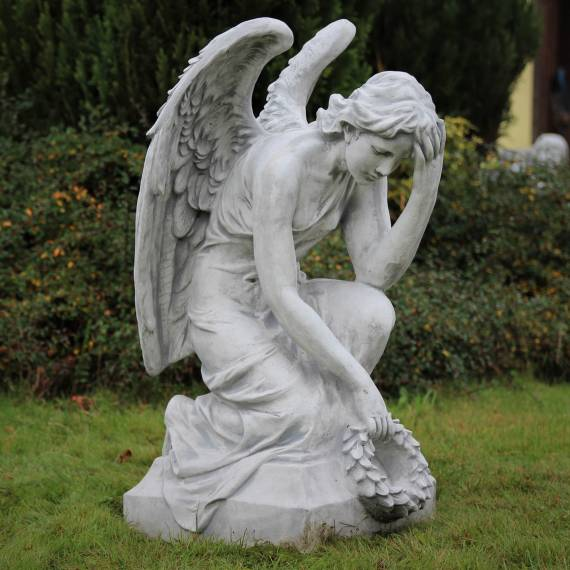 Pochylony anioł z laurem