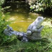 Żabki na korzeniu - element fontanny